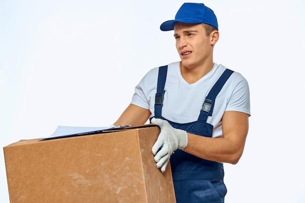 手に箱を持った男性労働者配達ローディングサービス作業灯