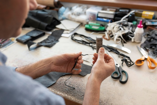 Человек, работающий один в кожевенной мастерской
