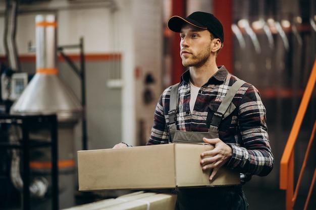 Человек, работающий на картонном заводе