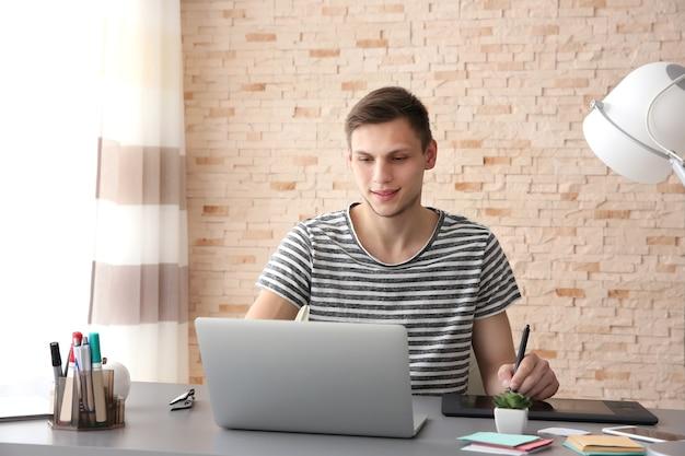 オフィスのコンピューターで働く男
