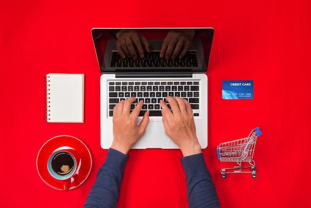 책상에서 일하고 온라인으로 제품을 구매하는 사람, 온라인 쇼핑 개념
