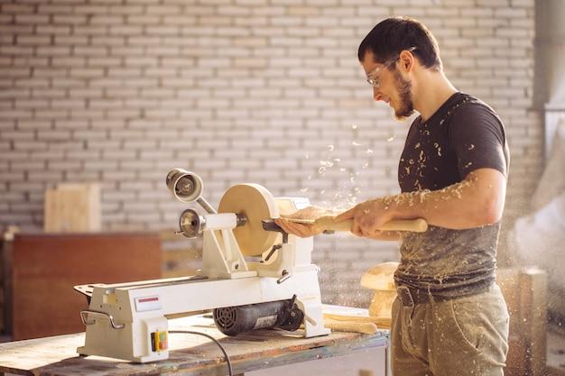 작은 나무 선반에서 일하는 사람, 장인 조각 나무 조각