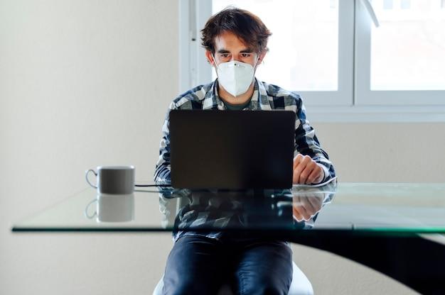自宅で仕事をしていて、covid-19コロナウイルスを心配している男性