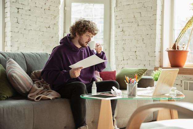 Мужчина работает из дома во время карантина из-за коронавируса или covid-19