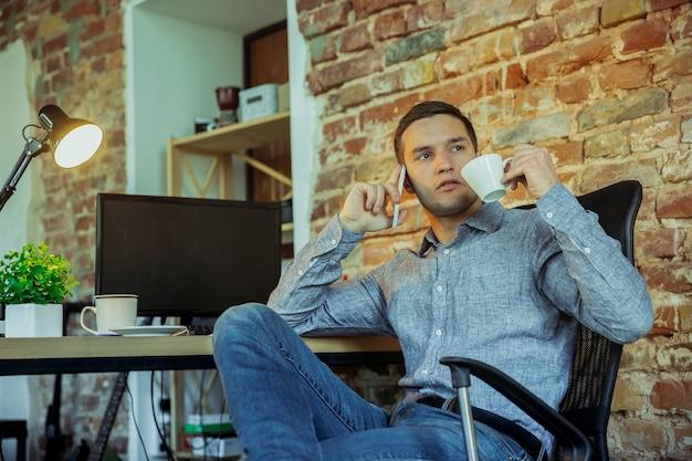 コロナウイルスまたはcovid検疫リモートオフィスの概念の間に在宅勤務の男性