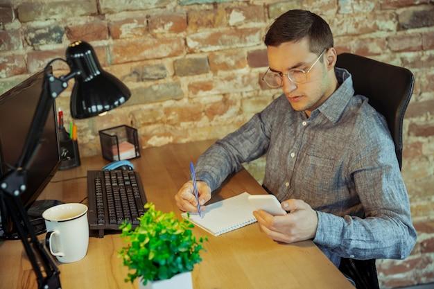 Человек, работающий из дома концепции удаленного офиса