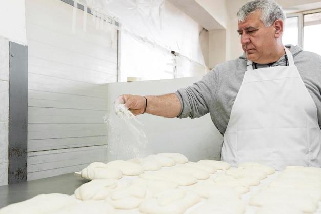 パン屋で一生懸命働いている男