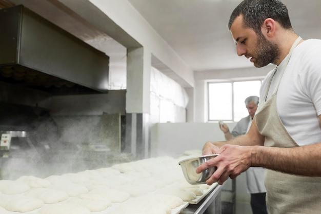 Человек, усердно работающий в пекарне