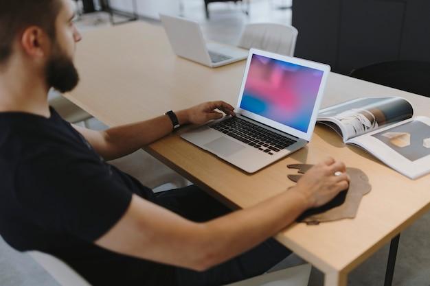 Uomo che lavora al suo laptop