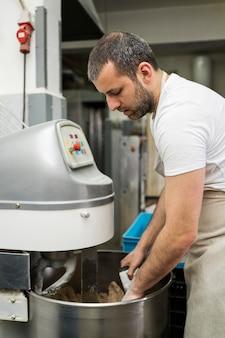 パン工場で働く男 無料写真