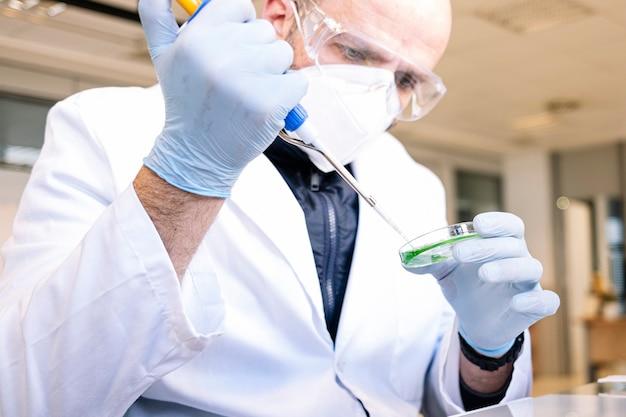 Человек, работающий в профессиональной лаборатории