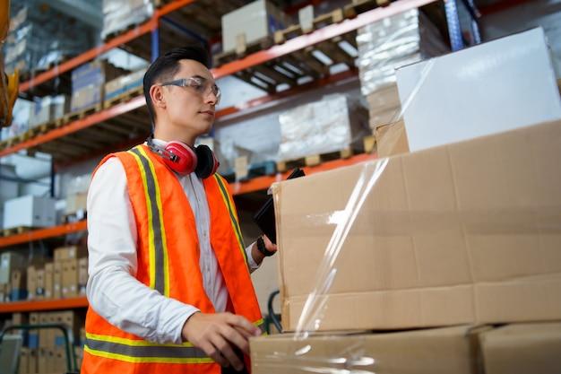 倉庫で働く男