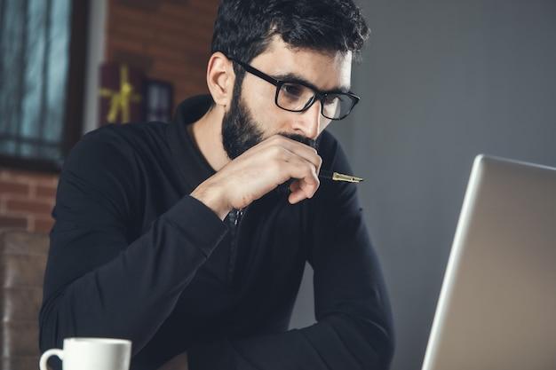 Человек, работающий на компьютере в офисе