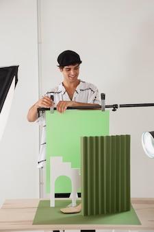 그의 사진 스튜디오에서 일하는 남자