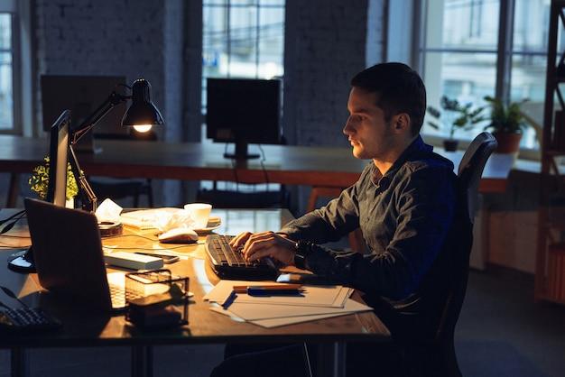 一人でオフィスで働く男