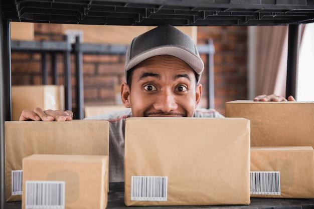 Человек, работающий в пакетах полки