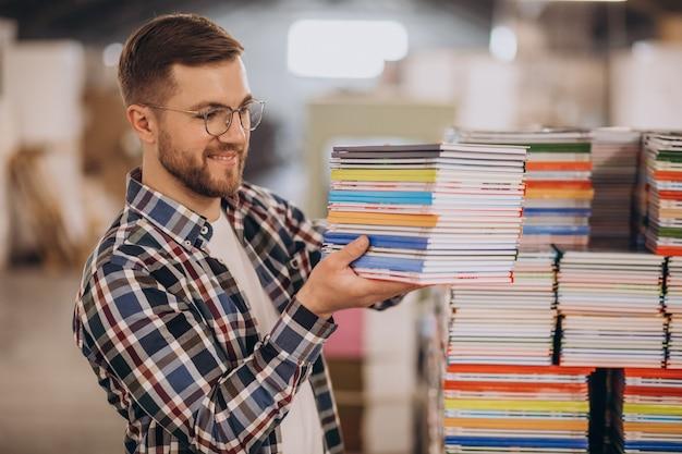 종이와 페인트 인쇄 집에서 일하는 남자