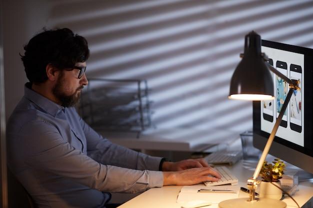 Человек работает на компьютере
