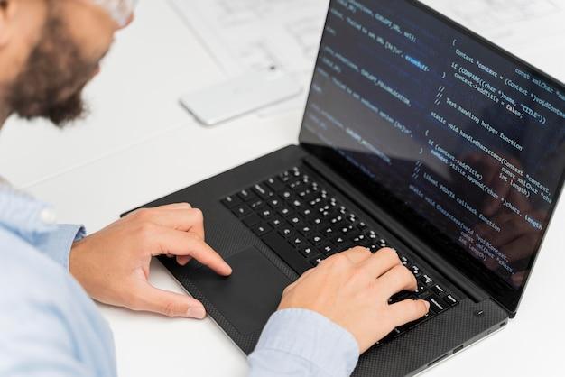 Человек, работающий над энергетическими инновациями на своем ноутбуке