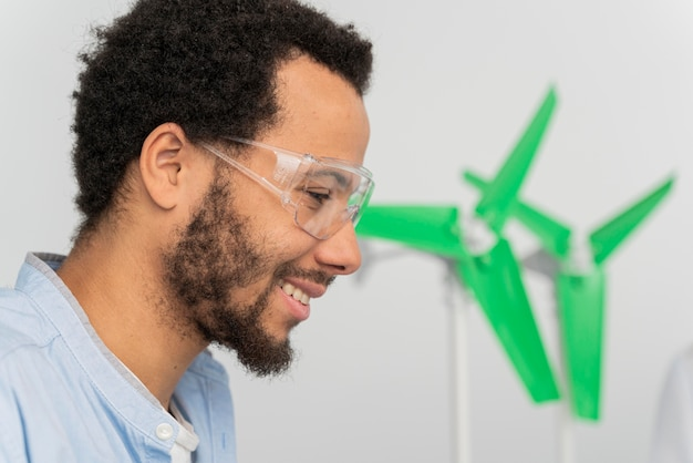 Человек, работающий над энергетическими инновациями