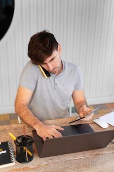 Человек, работающий на своем ноутбуке дома