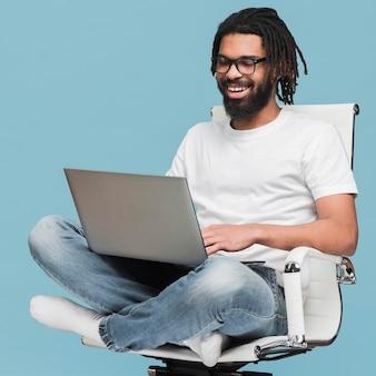 Человек работает на своем ноутбуке