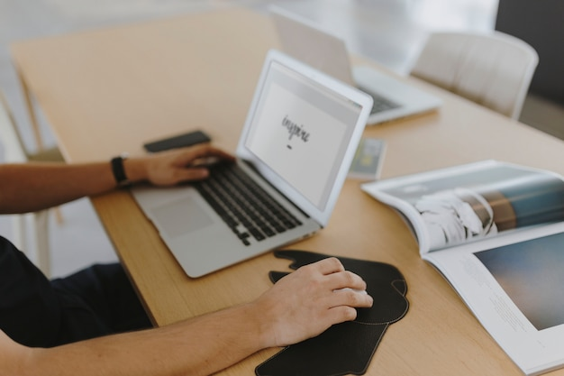 그의 노트북에서 일하는 남자