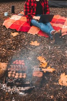 가을 시즌 캠핑장에서 노트북 작업을 하는 남자. 프리랜서 개념