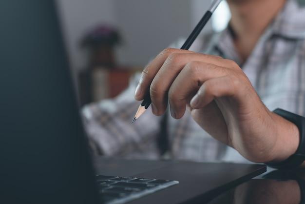 Человек работает на ноутбуке