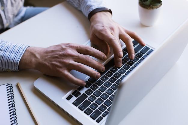 ラップトップコンピューターで作業する人
