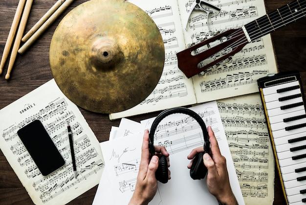 Человек, работающий над музыкой