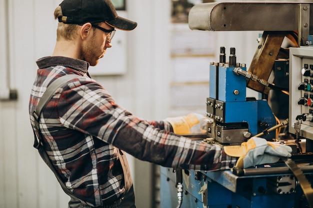 Человек, работающий на сталелитейной фабрике и оборудовании для производства стали