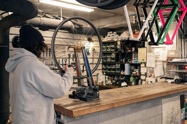 Человек, работающий на колесе в службе