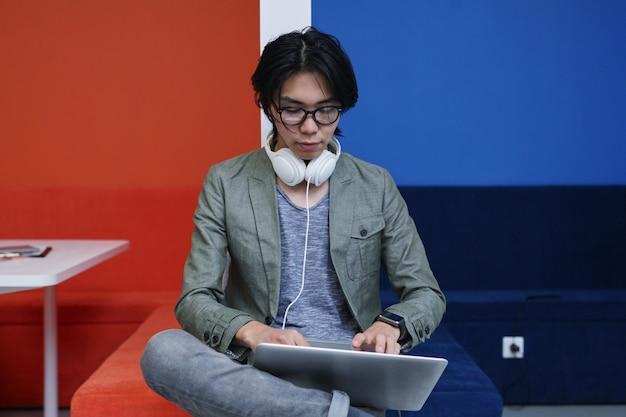 オンラインで作業する人