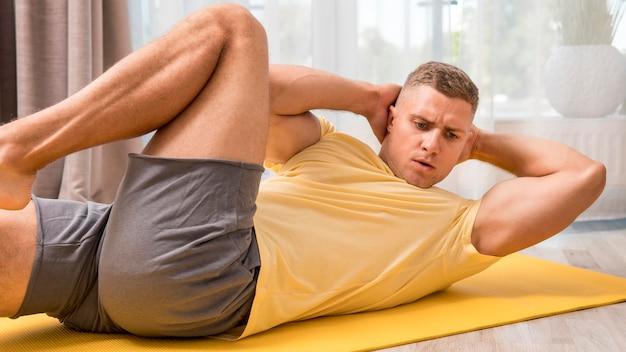 家で運動する男