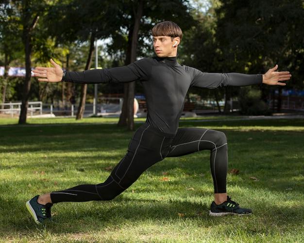 Человек работает на открытом воздухе в спортивной одежде