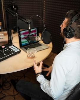 Uomo che lavora alla stazione radio ad alto angolo