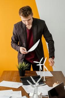 Uomo che lavora al progetto di energia rinnovabile