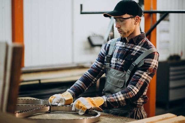 Uomo che lavora su acciaio fatory e attrezzature per la produzione di acciaio