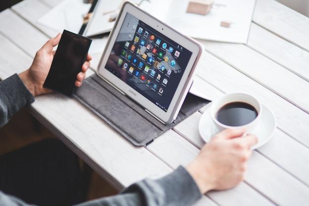 태블릿 및 모바일을 사용하는 사람
