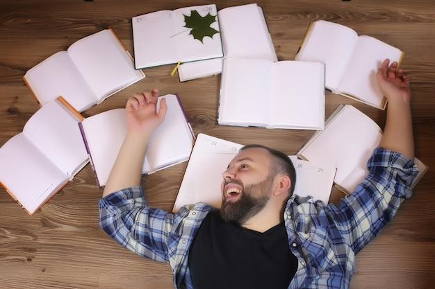 Человек, работающий с книгой на полу, концепция образования и бизнеса