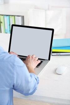 사무실에서 노트북으로 작업하는 남자