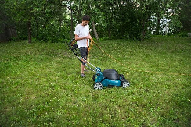 Человек, работающий с газонокосилкой