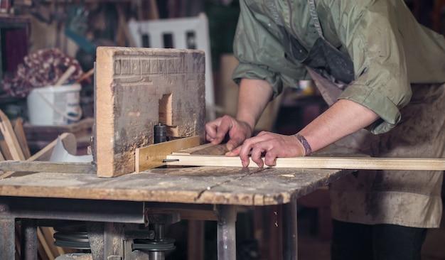 기계에서 나무 제품을 사용하는 사람
