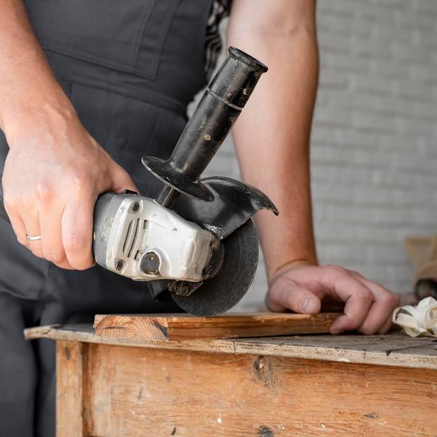 Uomo che lavora sul primo piano di legno