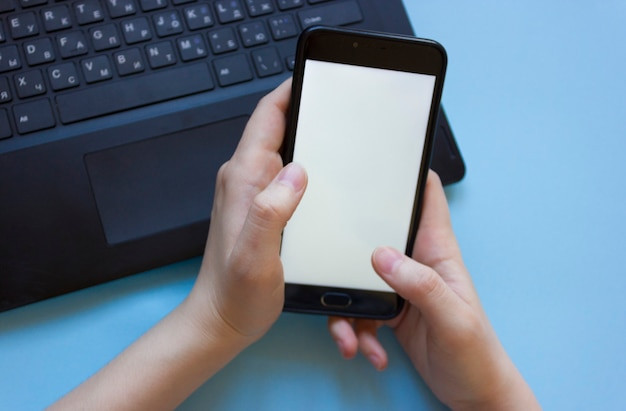 남자는 노트북에서 일하고 집에서 일하는 동안 집에서 일하는 동안 직장에서 집중력의 문제.