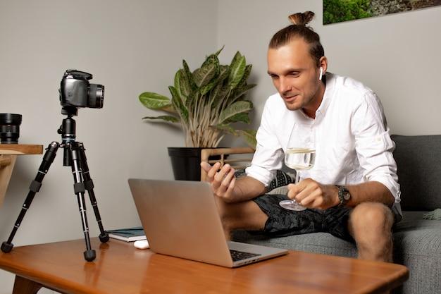 남자는 집에서 일합니다. 고품질 사진