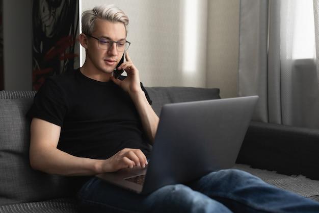 Человек работает дома, используя ноутбук для концепции удаленной работы во время пандемии