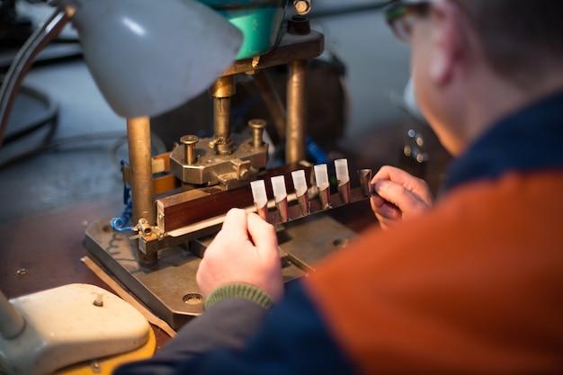 Человек работает на старом ручном оборудовании