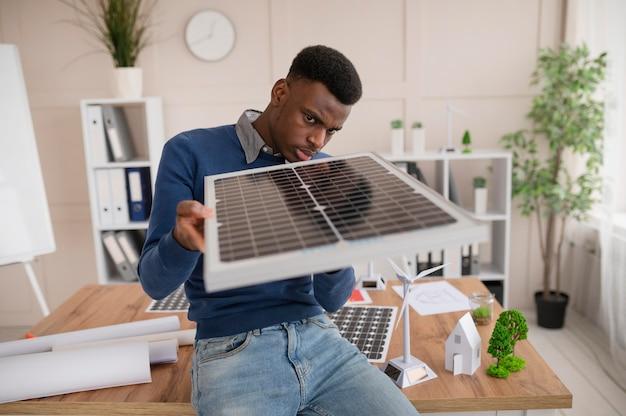 Человек работает над экологическим проектом